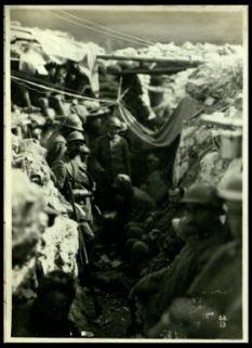 Truppe di rincalzo in una trincea sul Carso