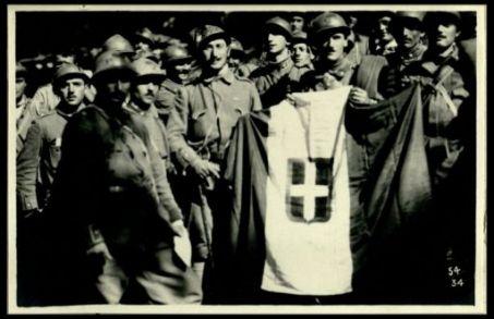 La bandiera di un reggimento di Bersaglieri che conquistò il Monte Fratta