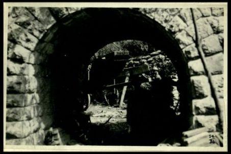 Un ricovero sotto un passaggio ferroviario (Alto Isonzo)