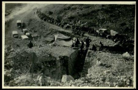 Le colonne di camions e di muli portano munizioni e viveri ai combattenti