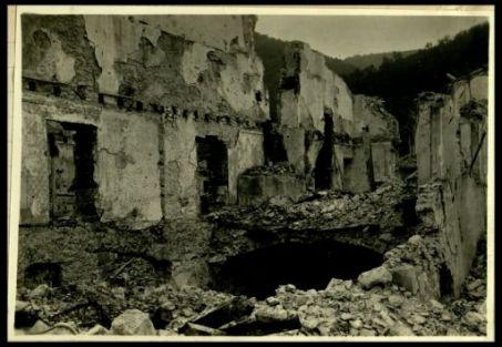 Interno di una casa rovinata a Canale