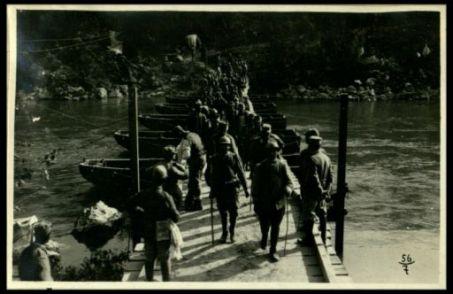 Colonna di prigionieri su una passerella dell'Isonzo