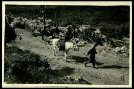 Il passaggio d'una corveé lungo una strada battuta dall'artiglieria