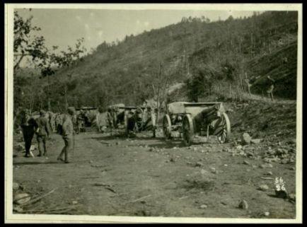 Pezzi d'artiglieria in attesa di traino