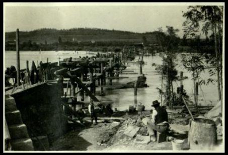 Mainizza; costruzione din un ponte sull'Isonzo