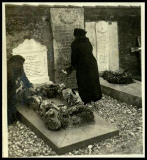 Tomba del maggiore G. Venezian a S. Pietro sull'Isonzo: la vedova e la figlia