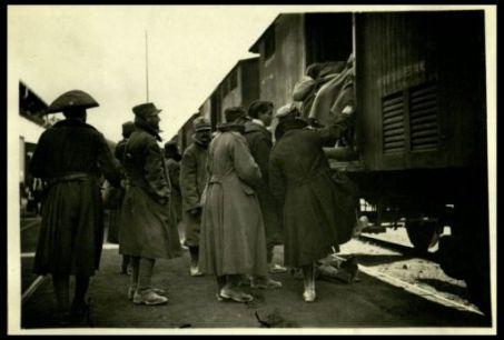 Udine: soldati che salgono sulle tradotte