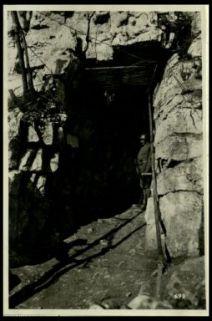 Galleria scavata nella roccia.