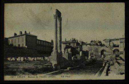 Arles : Ruines de théâtre antique / ND Phot.