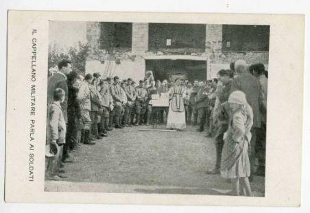 Il cappellano militare parla ai soldati