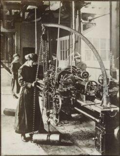 Immagini della donna inglese nell'industria di guerra