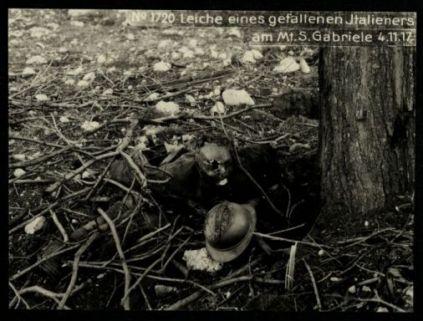 Leiche eines gefallenen Italieners am Mt. S. Gabriele. Fotografia dell'esercito Austro-Ungarico