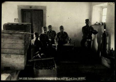 Sodawassererzeugung bei der 12° Inf. Div. Fotografia dell'esercito Austro-Ungarico