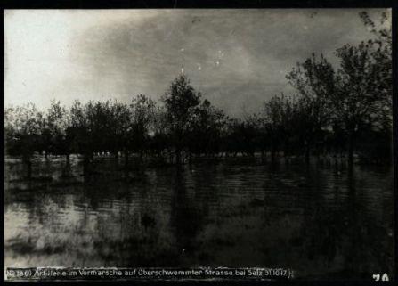 Artillerie im vormarsche auf überschwemmter strasse bei Selz. Fotografia dell'esercito Austro-Ungarico