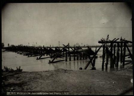 Verbrannte Isonzobrücke bei Pieris. Fotografia dell'esercito Austro-Ungarico