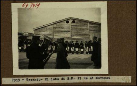 7919 - Taranto. Rivista di S.M. il Re ai marinai