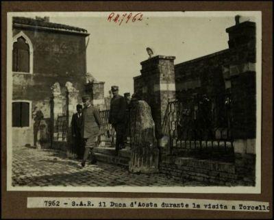 7962 - S.A.R. il Duca d'Aosta durante la visita a Torcello