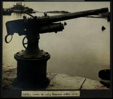 12161. Porto di Pola. Cannone sulla riva