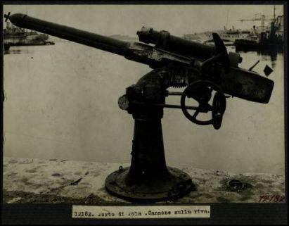 12182. Porto di Pola. Cannone sulla riva