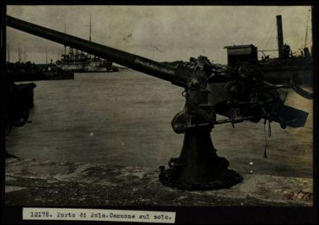 12178. Porto di Pola. Cannone sul molo