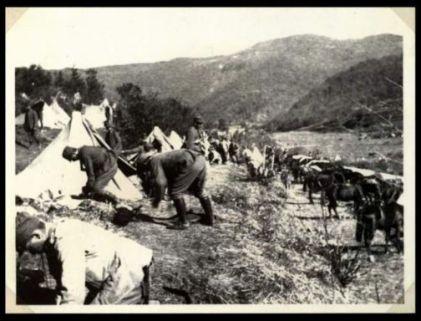 I soldati del 31 Reggimento Artiglieria da campagna allestiscono l'accampamento di Cialla