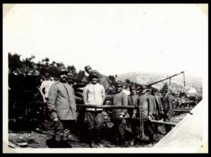 Soldati del 31 Reggimento Artiglieria da campagna attorno ad una mitragliatrice presso l'accampamento di Cialla