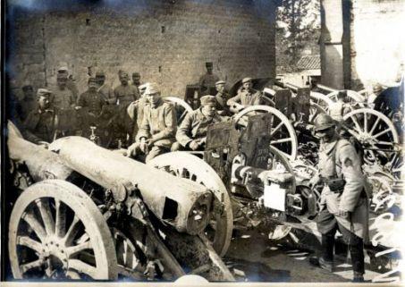 Matériel et canons capturés aux allemands par les troupes francaises au cours des opérations exécutées an Nord de l'Aisne