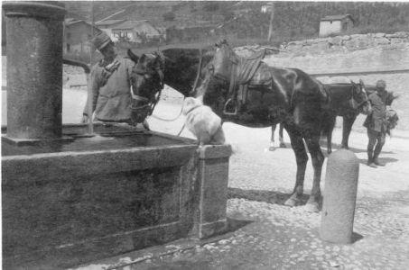 Edolo: Soldati e cavalli nei pressi di una fontana