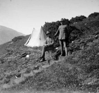 Tenente Damiani e Tenente Castellani vicino a una tenda