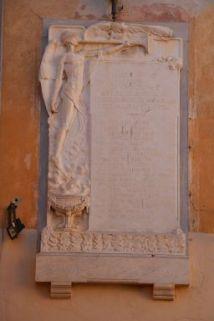 Lapide commemorativa ai caduti, bassorilievo