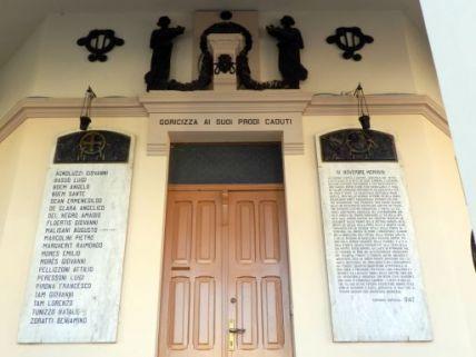 monumento ai caduti, a portico