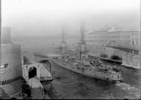 Uscita di una nave dal porto