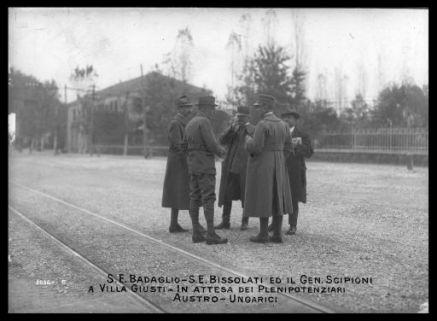 S.E. Badoglio, S.E. Bissolati ed il gen. Scipioni a Villa Giusti in attesa dei plenipotenziari austro-ungarici