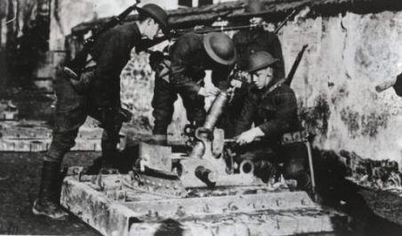 Soldati americani intorno ad un mortaio