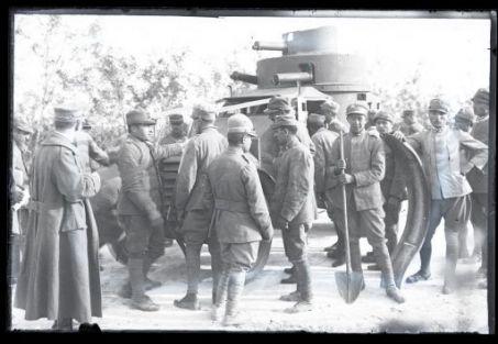 Soldati italiani intorno ad un autoblindo